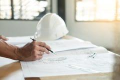 План чертежа руки инженера ` s персоны на светокопии с архитектором стоковые изображения rf