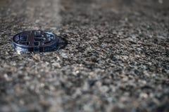 Пластиковая сдержанная монетка в угле с каменной предпосылкой, мраморной стоковая фотография rf