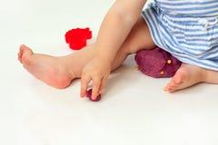 Пластилин прессформы рук младенца Комплект блока вырезывания теста и пластмассы игры на белой предпосылке Стоковые Изображения