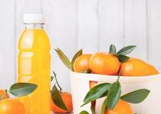 Пластичная бутылка свежего сока tangerine мандарина Стоковое Фото