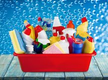 Пластичная бутылка с химикатами и ведром домочадца Стоковая Фотография RF