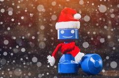 Пластичная гантель с красной крышкой Санта Клауса в спортзале, конец-вверх на фоне снежинок Стоковое Изображение RF