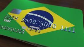 Пластичная карточка банка отличая флагом Бразилии Анимация национальной банковской системы родственная акции видеоматериалы