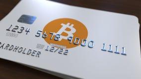 Пластичная карточка банка с логотипом bitcoin Новые пути перевода 3D оплат cryptocurrency схематического видеоматериал