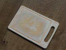 Пластичная разделочная доска в кухне стоковое изображение