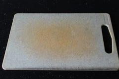 Пластичная разделочная доска в кухне стоковая фотография rf