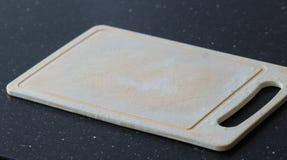 Пластичная разделочная доска в кухне стоковая фотография