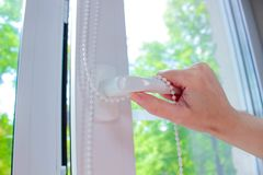 Пластичное белое Windows на предпосылке зеленых листьев Стоковые Фотографии RF