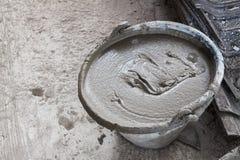 Пластичное ведро положило цемент для конструкции Стоковые Изображения RF