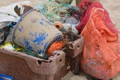 Пластичное загрязнение на пляже стоковое изображение