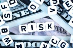 """Пластичное письмо отбортовывает  """"Risk†правописания на концепции финансовых или валюты долларов США риска предпосылки, Стоковое фото RF"""