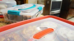 Пластичное tupperware в кухне стоковое изображение rf