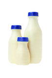 Пластичные бутылки парного молока Стоковые Фото