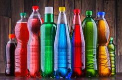 Пластичные бутылки сортированных carbonated лимонадов стоковое фото rf