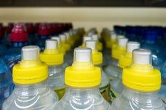 Пластичные бутылки с водой, боковины из цветного каучука Стоковые Изображения