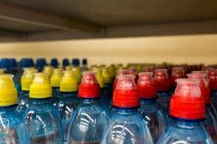 Пластичные бутылки с водой, боковины из цветного каучука Стоковые Фотографии RF