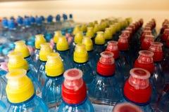 Пластичные бутылки с водой, боковины из цветного каучука Стоковое Изображение RF