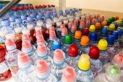 Пластичные бутылки с водой, боковины из цветного каучука Стоковое Изображение