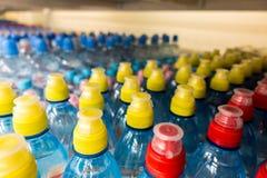 Пластичные бутылки с водой, боковины из цветного каучука Стоковые Изображения RF