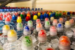 Пластичные бутылки с водой, боковины из цветного каучука Стоковая Фотография RF