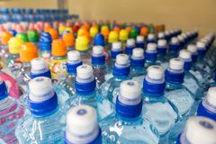Пластичные бутылки с минеральной водой Стоковые Изображения