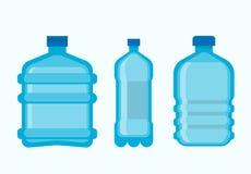 Пластичные бутылки с чистым свежим комплектом минеральной воды Стоковое фото RF