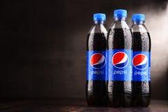 Пластичные бутылки carbonated безалкогольного напитка Пепси стоковые фотографии rf