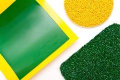Пластичные зерна Полимерные краска и полипропилен, фильм полистироля сделанный пластичных лепешек Стоковая Фотография