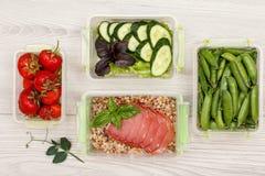 Пластичные контейнеры приготовления уроков еды с свежими клубниками, зелеными горохами стоковая фотография rf