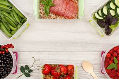 Пластичные контейнеры с черной смородиной, зеленые горохи приготовления уроков еды, str стоковая фотография