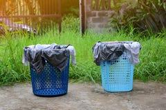 пластичные корзины с нижним бельем засыхания на цементе смололи в Стоковая Фотография RF