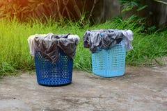 пластичные корзины с нижним бельем засыхания на цементе смололи в Стоковая Фотография