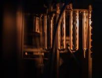 Пластичные склянки на транспортере стоковые фотографии rf