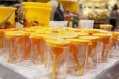 Пластичные чашки с измеряя ложкой в окне магазина стоковое изображение rf