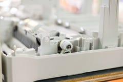 пластичные шестерни в собирая новом принтере Стоковое Изображение RF