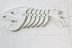 Пластичный скелет рыб лежит на белой предпосылке Оно напечатано на принтере 3d стоковое изображение rf