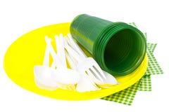 Пластичный устранимый tableware на белой предпосылке Стоковые Изображения RF