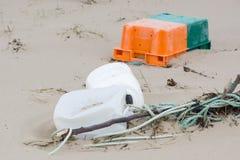 Пластичный хлам на пляже стоковые фото