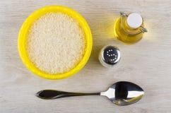 Пластичный шар с сухим рисом, постным маслом, солью, металлической ложкой Стоковое фото RF