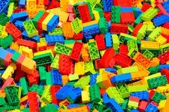 Пластичный эректор блоков игрушки установил для детей как предпосылка Селективный фокус Стоковое фото RF