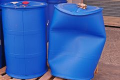 Пластмасовый контейнер, барабанчик повреждения от управления transpotation Стоковое Изображение