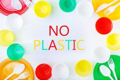 пластмасса запрета Красочные пластичные блюда на белой предпосылке стоковое изображение
