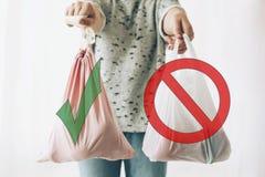 Пластмасса пользы запрета одиночная, останавливает знак Выберите пластиковое свободно Zero ненужная концепция покупок Удерживание стоковые фото