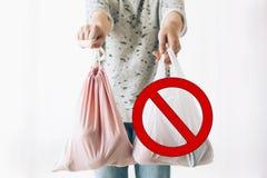 Пластмасса пользы запрета одиночная, останавливает знак Zero ненужная концепция покупок Удерживание женщины в бакалеях одной руки стоковое изображение rf