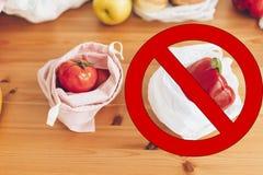 Пластмасса пользы запрета одиночная стоп знака Свежие бакалеи в многоразовых сумках eco и овощи в пластиковой сумке полиэтилена н стоковое изображение
