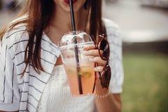 Пластмасса пользы запрета одиночная Счастливая девушка хипстера в ретро платье, владении стоковое изображение