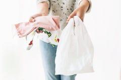 Пластмасса пользы запрета одиночная Zero ненужная концепция покупок Удерживание женщины в бакалеях одной руки в многоразовой сумк стоковая фотография