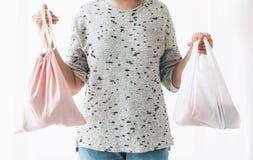 Пластмасса пользы запрета одиночная Zero ненужная концепция покупок Удерживание женщины в бакалеях одной руки в многоразовой сумк стоковые изображения