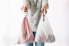 Пластмасса пользы запрета одиночная Zero ненужная концепция покупок Удерживание женщины в бакалеях одной руки в многоразовой сумк стоковое фото rf