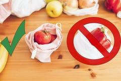 Пластмасса пользы запрета одиночная Zero ненужная концепция покупок Свежие бакалеи в многоразовых сумках eco и овощи в пластиково стоковые фотографии rf